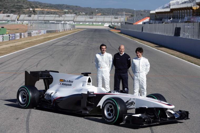 Sauber C29 (31-1-2010, Circuito Ricardo Tormo de Cheste). De izquierda a derecha: Pedro Martínez de la Rosa, Peter Sauber y Kamui Kobayashi)